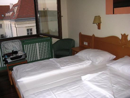 Das Reinisch Hotel: room is plain but clean and comfortable