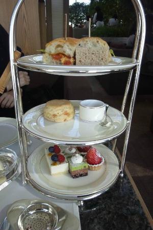 The Peak Lounge: afternoon tea