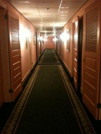 Columbia Gorge Hotel: pink halls