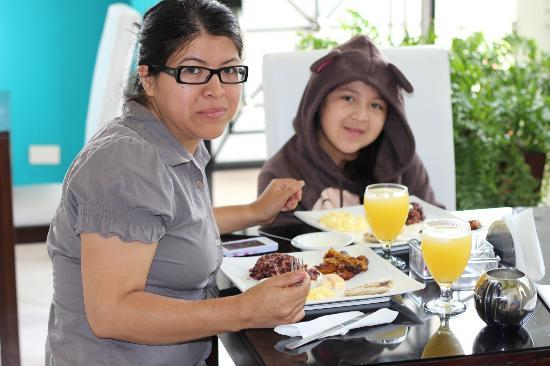 Villa del Angel Hotel: Wife and daughter having breakfast
