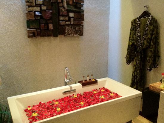 Seminyak Icon: bathroom with flower bath setup