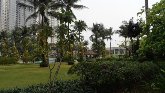 Shangri-La Hotel Jakarta: Great well-planted Gardens