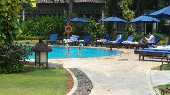 Shangri-La Hotel Jakarta: Pool Lounges