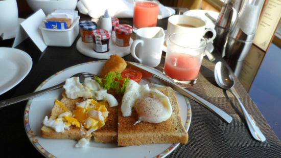 Shangri-La Hotel Jakarta: Breakfast in the Horizon Club