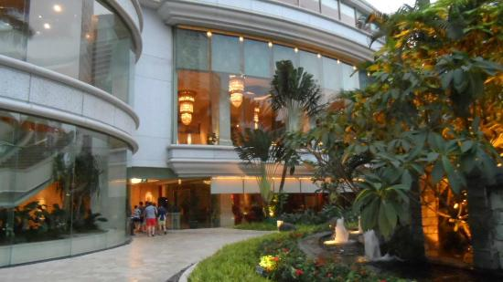 Shangri-La Hotel Jakarta: Pool/Garden entrance from the Lobby