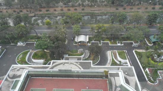 Shangri-La Hotel Jakarta: Tennis Court & Drive