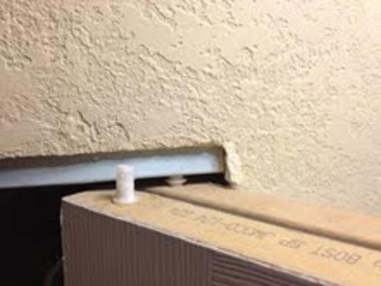 Econo Lodge Mayport: Broken closet door