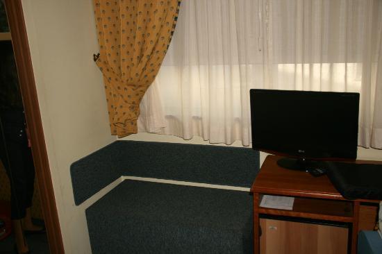 Hotel Ciudad de Compostela: Zona de escritorio y televisión.