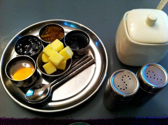 Amarya Villa: Jam, butter, sugar.. very nicely presented - Yellow Sapphire Room
