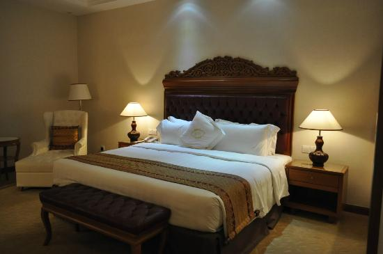 The Royale Chulan Kuala Lumpur: Well-appointed room, comfortable bed & pillows