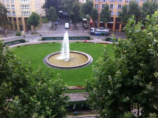 Hyperion Hotel Berlin: View from room - the fountain is switched off at night for quiet