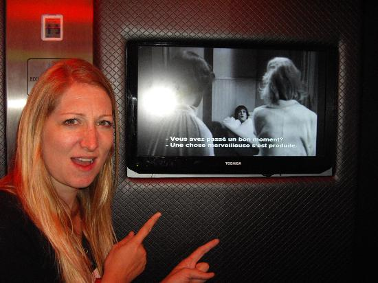 Platine Hotel: Movies playing in the lift...