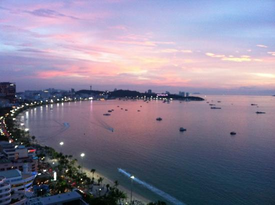 Holiday Inn Pattaya : Viewing Pattaya Beach from the balcony on 24th floor
