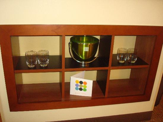 Hyatt Place Grand Rapids-South: I so wanted to take that ice bucket it was super cool!