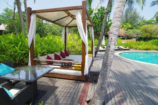 Phulay Bay, A Ritz-Carlton Reserve: プールサイドにあるカバナの中で食事もできます