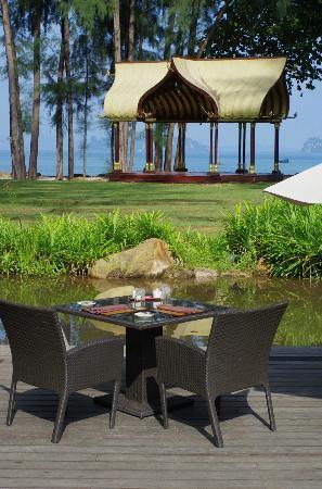 Phulay Bay, a Ritz-Carlton Reserve: 朝食食べるレストランの前においてある櫓
