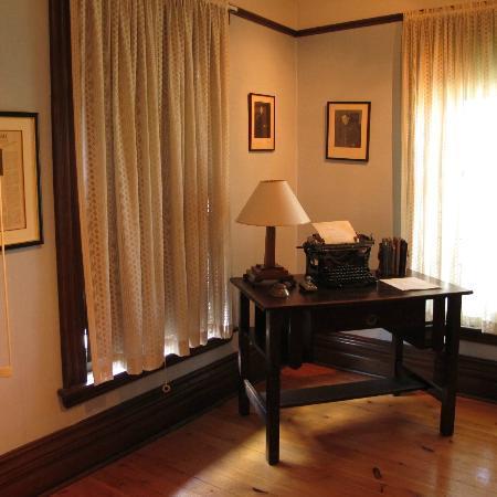Banting House National Historic Site: Desk