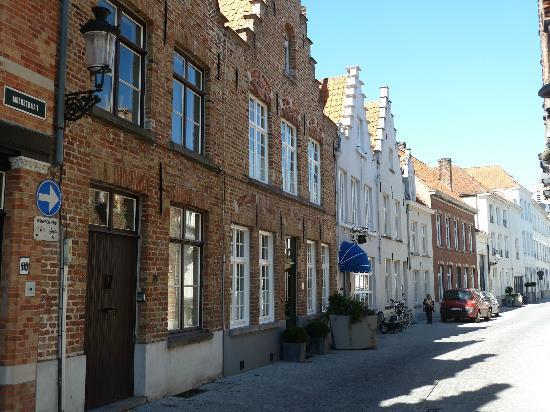 Bed & Breakfast Speelmansrei: dans la rue Moerstratt le B&b est la maison blanche