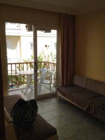 Iltur Apartments: living room
