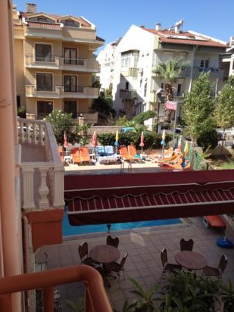 Iltur Apartments: poolside view