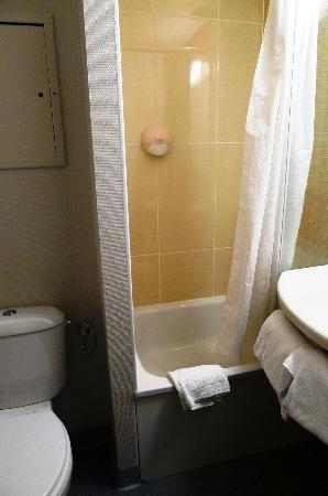 B&B Hôtel Beauvais : clean but smallish bath