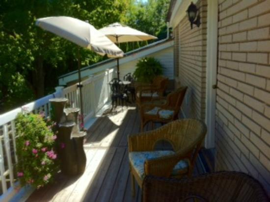 Abacot Hall Bed & Breakfast: Backyard porch