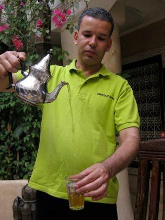 Riad Lorsya: Abdou pouring mint tea
