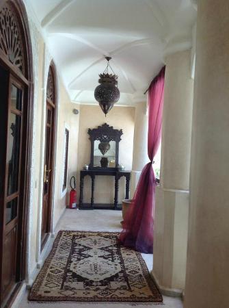 Riad Lorsya: hallway