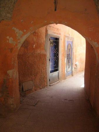 Riad Lorsya: the alleyway to the riad