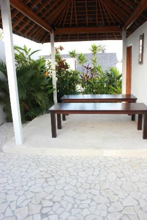 Villa Kayu Raja: Rooftop massage tables