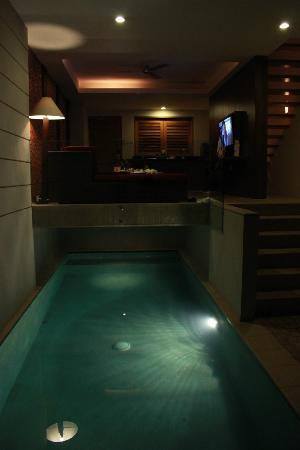 Villa Kayu Raja: Pool/Living