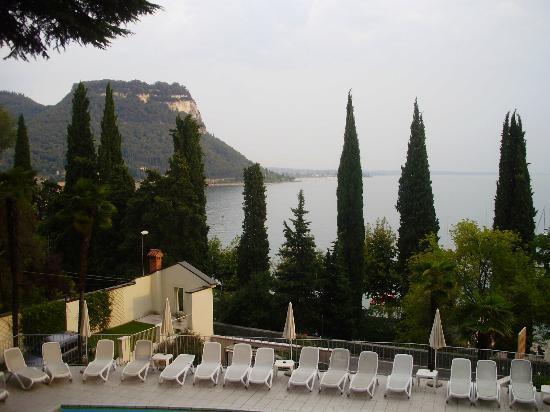 Aussicht vom Zimmer auf die Bucht von Garda - Picture of Hotel ...