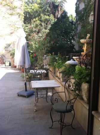 HOTEL DU PARC : garden courtyard