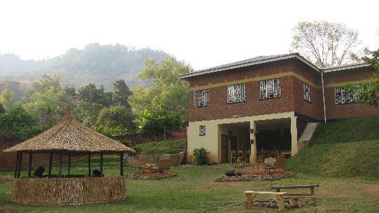 Pakachere Backpackers & Creative Centre: Bar, Restaurant & African Hut