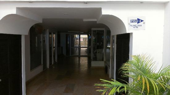 Zalmedina Hotel : entry from the street, empty shops and hop with your luggage one floor more - without elevator