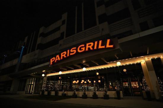 Paris Grill: Vu de l'extérieur, le soir