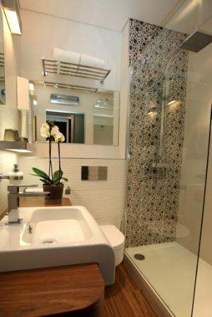 Hotel des Arceaux: Salle de bain - chambre standing douche
