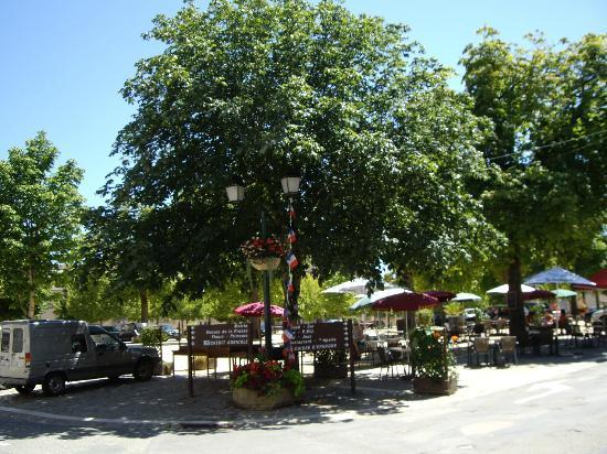 Hotel de l'Abbaye: Tables in the Place de la Liberation, Saint Savin