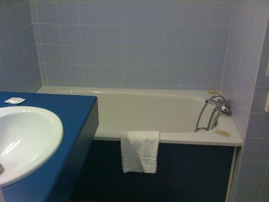 Hotel La Pyramide : bathroom and room