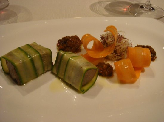 Serralunga d'Alba, Italia: Gekochte Zunge  mit  Zucchini umwickelt