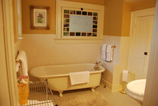 Atwood House Bed and Breakfast: En suite