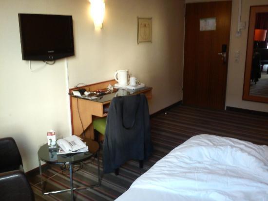 Leonardo Hotel Frankfurt City Center: Parte di una camera comfort (con scrivania piccola però)