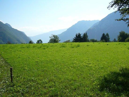 Valle di Ledro : Prati verdi in direzione del Lago di Garda