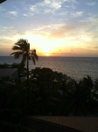 Hatchet Caye Resort : Sunset from the Crows Nest
