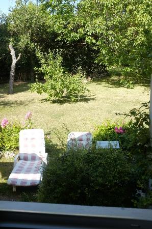 Marie et Gilbert Therin B&B: Blick vom Zimmer in den Garten