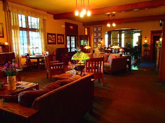 Settlers Inn: Cozy lobby