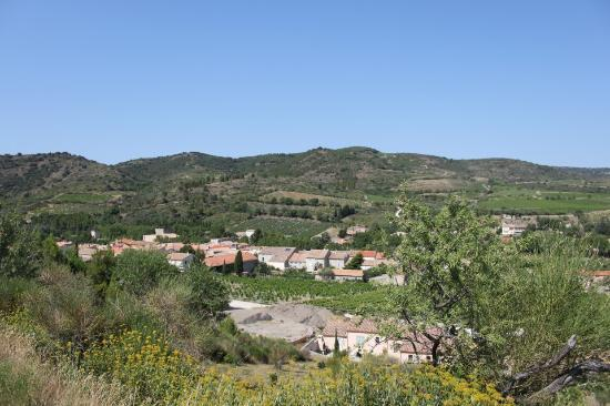 Cascastel-des-Corbieres, Prancis: View over the village