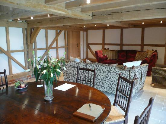 Yew Tree Barn B&B: One side of the lounge area/breakfast table