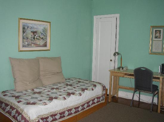 Baltimorean Apartments: Guest Room