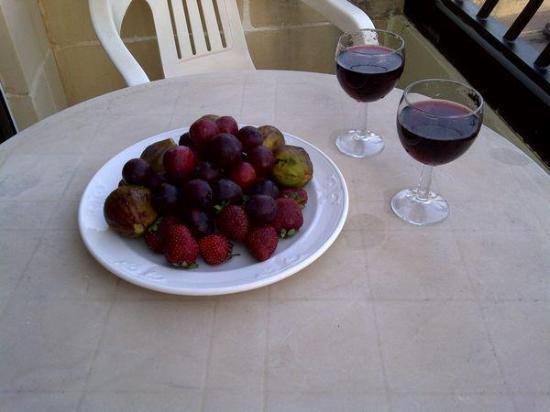 Hotel Santana: Complimentary fruit and wine on the balcony